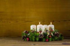 Grinalda ou coroa do advento com duas velas brancas de queimadura Imagem de Stock Royalty Free