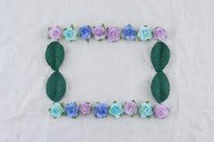 Grinalda quadrada feita das flores de papel da rosa azul do tom e das folhas do verde Fotos de Stock