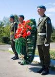 Grinalda que coloca aos soldados de Afeganistão Imagem de Stock