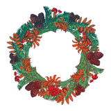 A grinalda tirada mão com bagas e abeto vermelhos ramifica Quadro redondo para o projeto do inverno dos cartões de Natal Copyspac Fotos de Stock Royalty Free