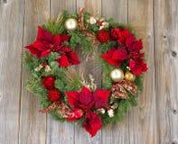 Grinalda tradicional do Natal do feriado no varrão de madeira rústico do cedro imagens de stock