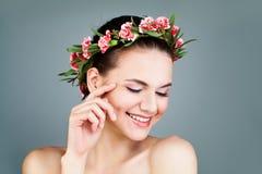Grinalda vestindo das flores da mulher feliz fotografia de stock