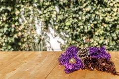 Grinaldas do Natal na tabela de madeira Fotos de Stock Royalty Free