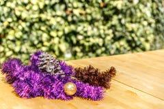 Grinaldas e pinecone do Natal na tabela de madeira Foto de Stock