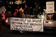 Grinch que robó a abogados de la atención sanitaria en desfile del día de fiesta Imagen de archivo libre de regalías