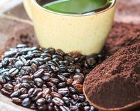 Кофейные зерна и grinded кофе стоковое фото rf