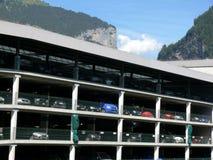 Grindelwald, Suiza 08/07/2009 Aparcamiento para los coches de varios pisos fotos de archivo