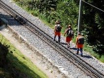 Grindelwald, Zwitserland 08/07/2009 Arbeiders die Ra controleren stock afbeelding