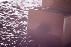 Grinder- och kaffebönor Arkivfoto