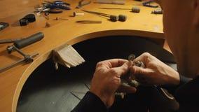Grindins dell'orafo il bordo interno dell'anello dell'argento con il movimento lento elettrico dell'archivio archivi video