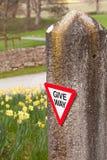 grindstoplet ger den gammala teckenstenen långt Royaltyfri Foto