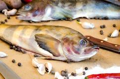 Grinlings-Fische mit Gemüse stockbilder