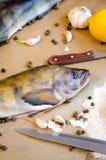 Grinlings-Fische mit Gemüseknoblauch-Zitronenpfeffer lizenzfreies stockbild