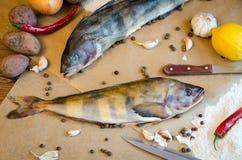 Grinlings-Fische mit Knoblauchzitronenpfeffer lizenzfreie stockfotografie