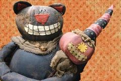 Grinning кот плюша держит усмехаясь куклу Джек-o-фонарика Стоковая Фотография RF