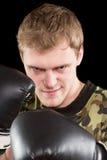 Grinning молодой человек в перчатках бокса стоковое изображение