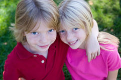 Grinning Twins. Headshot of adorable happy twins Royalty Free Stock Photos