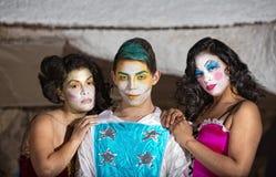 Grinsen von Cirque-Clown mit Bewunderern Stockfotografie