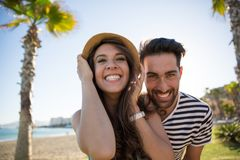 Grinsende Außenseite des jungen glücklichen Paars stockfotos