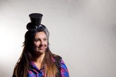 Grinsende Frau, die einen Parteizylinder trägt lizenzfreie stockfotografie