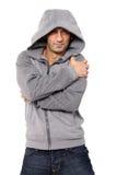 Grinsender Mann, der mit Kapuze Strickjacke trägt Lizenzfreies Stockfoto