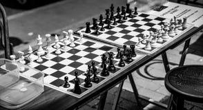 GRINSTEAD DEL ESTE, SUSSEX/UK DEL OESTE - 17 DE JUNIO: Tableros de ajedrez en el S Imagen de archivo libre de regalías