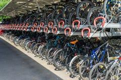 GRINSTEAD EST, SUSSEX/UK OCCIDENTAL - 23 JUILLET : Support de cycle au GR est Images libres de droits