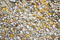 Grint met witte en gele kiezelstenen/textuurachtergrond stock afbeeldingen