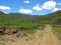 Grintweg bij Avola-vallei van Zuidelijke Drakensberg Stock Afbeeldingen