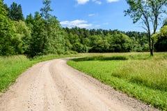grintweg in de zomerplatteland Stock Fotografie