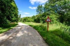 grintweg in de zomerplatteland Stock Afbeelding