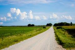Grintweg in het midwesten op een zonnige dag stock afbeeldingen