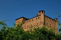 Grinzane Cavour, Piedmont, Itália Em julho de 2018 O castelo majestoso feito de tijolos vermelhos fotos de stock royalty free
