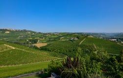 Grinzane Cavour, Piemonte, Italia Luglio 2018 Al piede delle viste celesti del castello tutt'intorno delle vigne fotografia stock libera da diritti