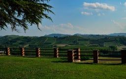 Grinzane Cavour, Piemonte, Italia Luglio 2018 Al piede delle viste celesti del castello tutt'intorno delle vigne immagini stock