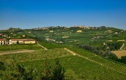 Grinzane Cavour, Piemonte, Italia Luglio 2018 Al piede delle viste celesti del castello tutt'intorno delle vigne fotografie stock
