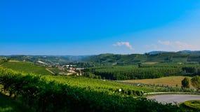 Grinzane Cavour, Piemonte, Italia Luglio 2018 Al piede delle viste celesti del castello tutt'intorno delle vigne immagini stock libere da diritti