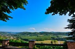 Grinzane Cavour, Piemonte, Italia Luglio 2018 Al piede delle viste celesti del castello tutt'intorno delle vigne fotografia stock