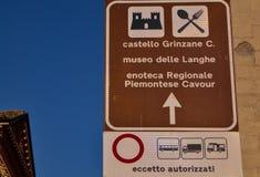 Grinzane Cavour, Piemonte, Italia Luglio 2018 Segnale di informazione turistico immagini stock