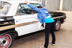 Gripande av en kvinna av polisen Royaltyfri Fotografi
