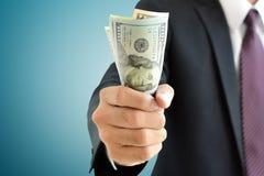 Gripande pengar för affärsmanhand, räkningar för US dollar (USD) Royaltyfri Fotografi