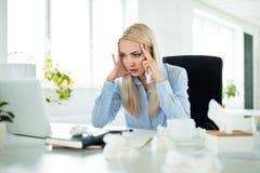 Gripe de sofrimento da mulher de negócios nova no trabalho fotografia de stock