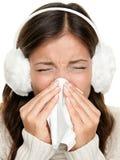 Gripe o mujer de estornudo fría Fotos de archivo