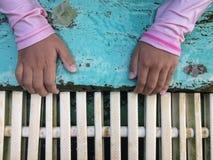 Grippage de main de fille le bord de piscine photographie stock