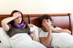 Grippe de souffrance de couples photographie stock