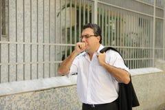 Grippe: Mannhusten Lizenzfreie Stockbilder