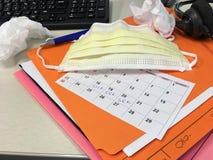 Grippe-Saison an der Büroangestellt-Abnutzungs-Gesichtsmaske, zum von Verbreitung der Krankheit zu verhindern Stockfotos