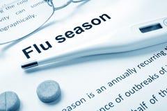 Grippe-Saison-Zeichen auf einem Papier stockbild