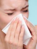 Grippeallergie Krankes Mädchen, das im Gewebe niest gesundheit Lizenzfreie Stockbilder