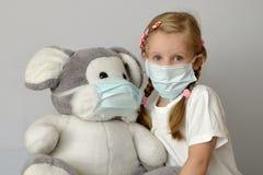 Grippemedizin-Kindermedizinische Maske des Kinderkindermädchens epidemisches Stockbild